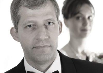 Bräutigam mit Braut im Fotostudio in Haseldorf Profifotograf Christof Plautz