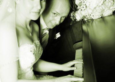 """""""Hochzeitslied"""" Brautpaar am Klavier bei Schwerin S/W Foto von Christof Plautz"""