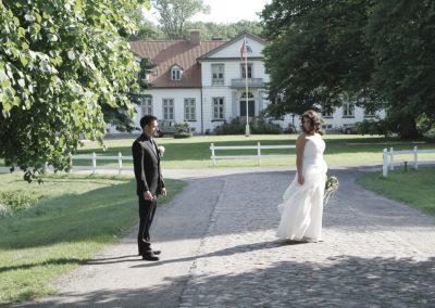 Brautpaar vor dem Haseldorfer Schloss / Romantische Fotografie © Christof Plautz