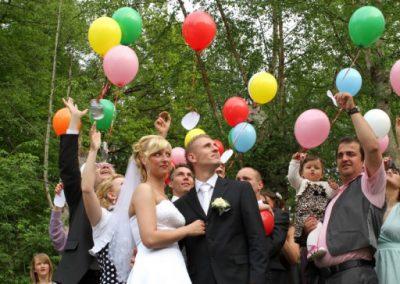 Hochzeitsgesellschaft mit Luftballons in Tornesch © Christof Plautz