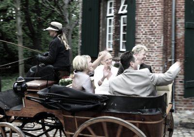 Hochzeitskutsche fährt vom Standesamt Uetersen nach Haselau / Foto vom Hochzeitsfotograf Christof Plautz