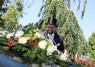 Autoschmuck mit Bräutigam in Husum Hochzeitfotograf und Eventfotograf Christof Plautz
