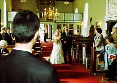 Romantische Hochzeitsfotos in der  St.-Gabriel-Kirche in Haseldorf © Christof Plautz
