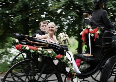 Brautpaar in der Hochzeitskutsche © Christof Plautz