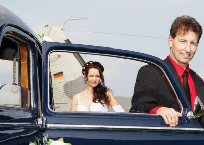 Hochzeitspaar Fotografie mit Hochzeitsauto im Kreis Pinneberg von Christof Plautz