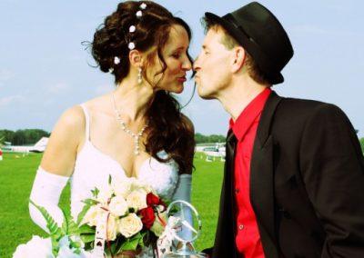 Hochzeitspaar auf dem Heistmer Flughafen Hoczeitsfotograf Christof Plautz