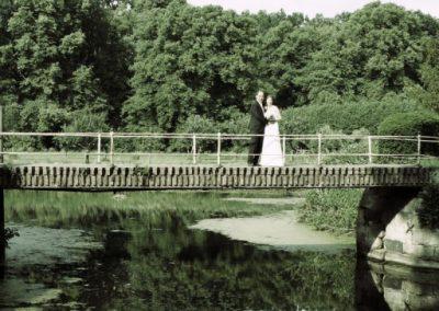 Hochzeitspaar auf Haseldorfer Brücke von Christof Plautz / Kreis Pinneberg