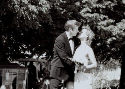 Kussfoto vom Traupaar in Molfsee bei Kiel Hochzeitsfotograf Christof Plautz