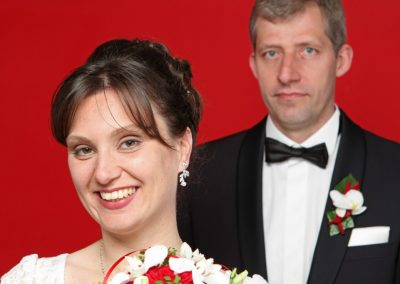 Schönes Hochzeitspaar im Fotostudio in Haseldorf bei Wedel fotografiert vom Paarfotografen Christof Plautz